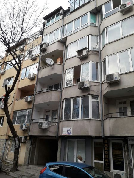 Продава 4-стаен апартамент…